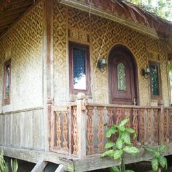 Kombinasi Pintu dan Dinding Bambu yang Unik di Jawa Barat